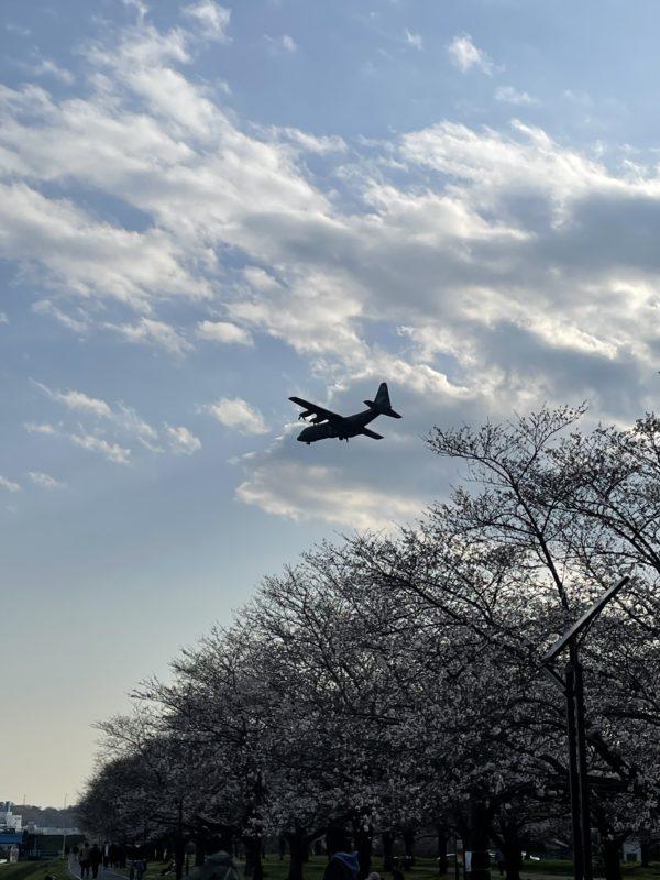 入間川河川敷から見える飛行機